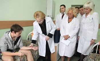 Министр здравоохранения РФ и ректор университета посетили в УКБФ детей из Приморья с аллергической реакцией