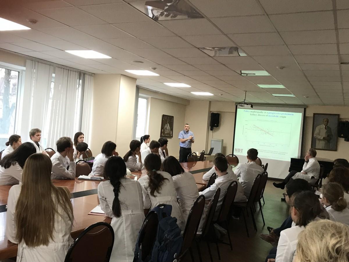 Профессор Альберто Ортиз провел лекцию о редком генетическом заболевании