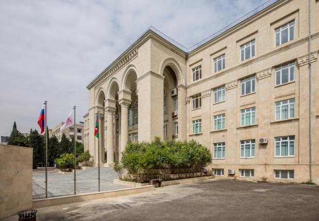 В Бакинском филиале начали читать лекции на английском языке