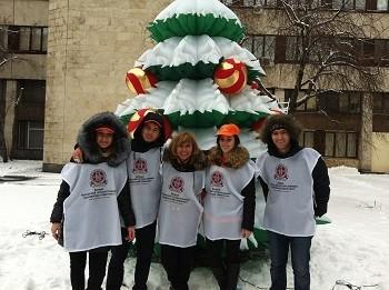 «С миру по елке»: студенты украсили елку для маленьких пациентов