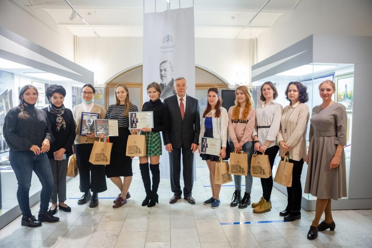 Иван Чиж наградил победителей исторического квеста и игры «Что? Где? Когда?»
