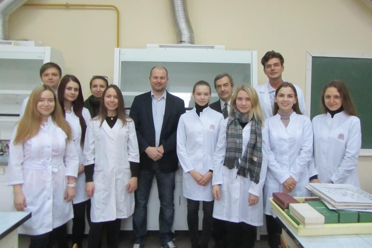 Передовой опыт по стандартизации лекарственного растительного сырья представили в Институте фармации