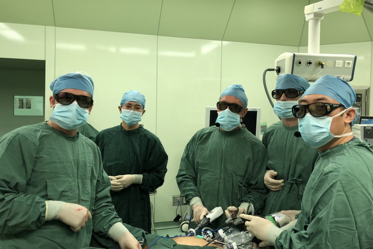 Колопроктологи Сеченовского университета провели показательную операцию на международной конференции в Китае