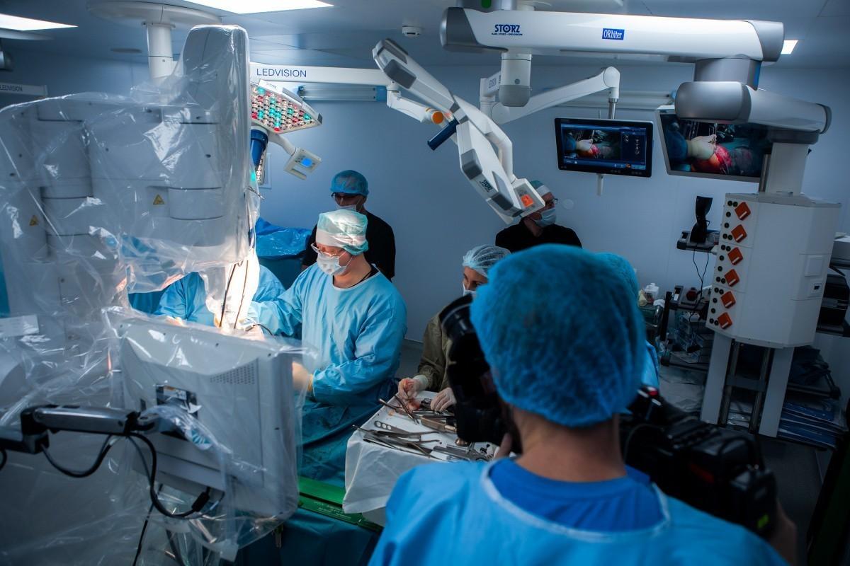 В столице на поток поставлены сложные операции, с которыми с легкостью справляется робот-травматолог